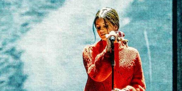 Lana Del Rey close up singing